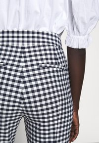 J.CREW - GEORGIE PANT IN GINGHAM WITH BUTTONS - Trousers - navy/ivory - 3