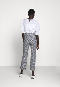 J.CREW - GEORGIE PANT IN GINGHAM WITH BUTTONS - Trousers - navy/ivory - 2