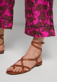 J.CREW - BAEZ LIONS - Trousers - fuchsia/brown - 4