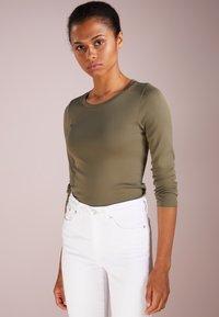 J.CREW - SLIM PERFECT  - Langarmshirt - frosty olive - 0