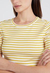 J.CREW - PERFECT FIT TEE  - T-shirt imprimé - rich gold/ivory - 4