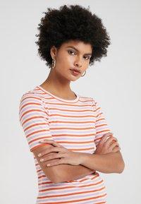 J.CREW - PERFECT FIT TEE  - Print T-shirt - peony ivory/orange - 4
