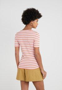 J.CREW - PERFECT FIT TEE  - Print T-shirt - peony ivory/orange - 2
