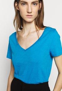 J.CREW - VINTAGE V NECK TEE - T-Shirt basic - prussian blue - 5
