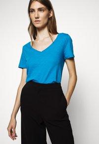 J.CREW - VINTAGE V NECK TEE - T-Shirt basic - prussian blue - 3