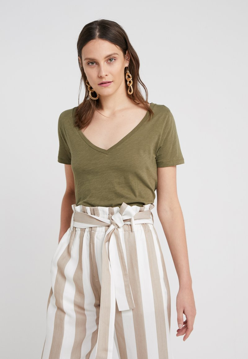 J.CREW - WHISPER V-NECK TEE - T-Shirt basic - frosty olive