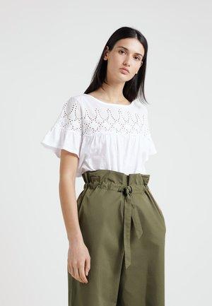 EYELET YOKE BABYDOLL TEE - Camiseta estampada - white