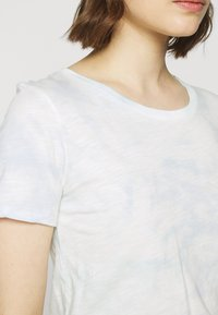 J.CREW - VINTAGE CREWNECK TIE DYE - Print T-shirt - blue/mint - 5