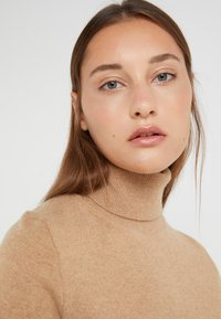 J.CREW - LAYLA TURTLENECK - Svetr - heather camel - 4