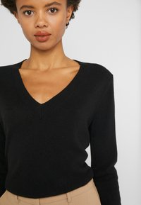 J.CREW - CASH FITTED V NECK - Trui - black - 5