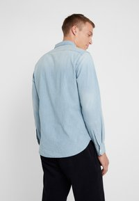 J.CREW - STRETCH CHAMBRAY WORK SHIRT SLIM FIT - Camisa - blue denim - 2