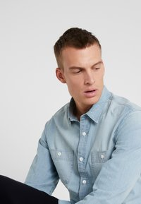 J.CREW - STRETCH CHAMBRAY WORK SHIRT SLIM FIT - Camisa - blue denim - 4