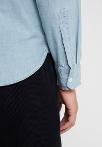 J.CREW - STRETCH CHAMBRAY WORK SHIRT SLIM FIT - Camisa - blue denim - 5