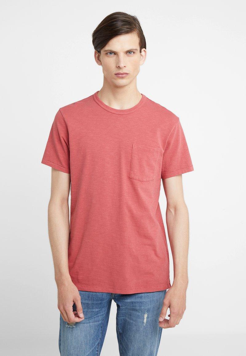 J.CREW - GARMENT DYE POCKET CREW - Basic T-shirt - roasted pepper