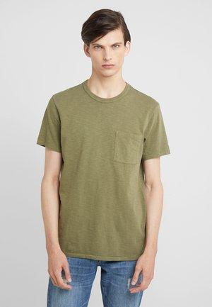 GARMENT DYE POCKET CREW - T-shirt basic - mountain olive