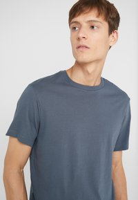J.CREW - BROKEN IN CREW - T-shirt basic - evening storm - 4