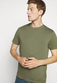 J.CREW - BROKEN CREW - Basic T-shirt - vintage surplus - 3