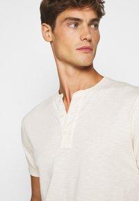 J.CREW - GARMENT DYE HENLEY - T-shirt basic - natural - 3