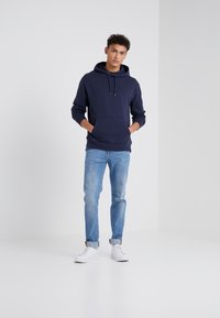 J.CREW - DYE FRENCH TERRY HOODY - Luvtröja - washed navy - 1