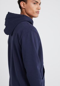J.CREW - DYE FRENCH TERRY HOODY - Luvtröja - washed navy - 4
