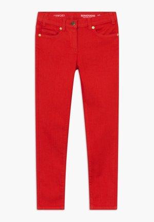 RUNAROUND COLORED  - Jeans slim fit - bright cerise