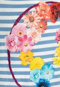 J.CREW - FLOWER EARTH GRAPHIC TEE - Print T-shirt - light blue - 2