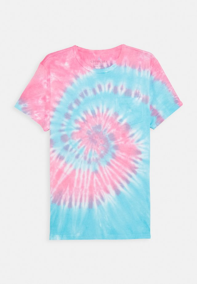 TIE DYE TEE - T-shirts med print - blue/red
