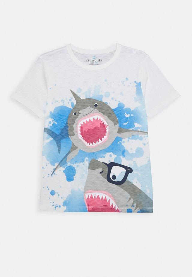 SHARK GETTIN CHUMMY TEE - Triko spotiskem - white