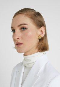 J.CREW - FLOWER STUD EARRING - Pendientes - gold-coloured - 1