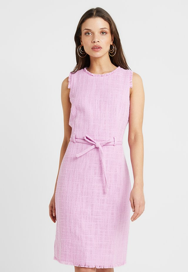 KARLA DRESS TEXTURED SOLID - Etuikleid - sundrenched peony