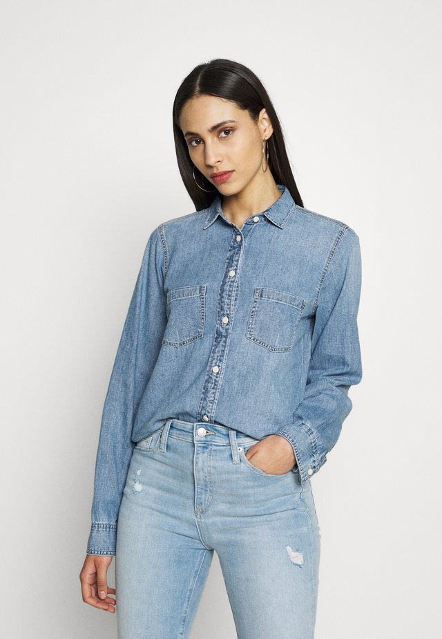 THE EVERYDAY CHAMBRAY - Paitapusero - madera wash
