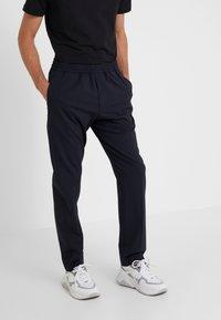Joseph - ETTRICK-TECHNO TROUSERS - Pantalon classique - navy - 0