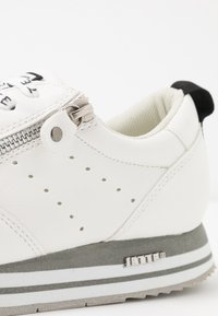 JETTE - Trainers - white