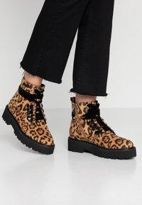JETTE - Kotníkové boty na platformě - taupe - 0