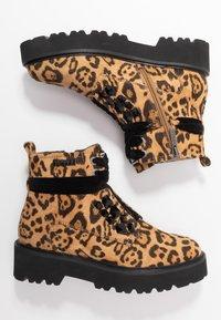 JETTE - Kotníkové boty na platformě - taupe - 3