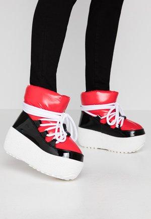 SNOWIES - Kotníkové boty na platformě - black/red
