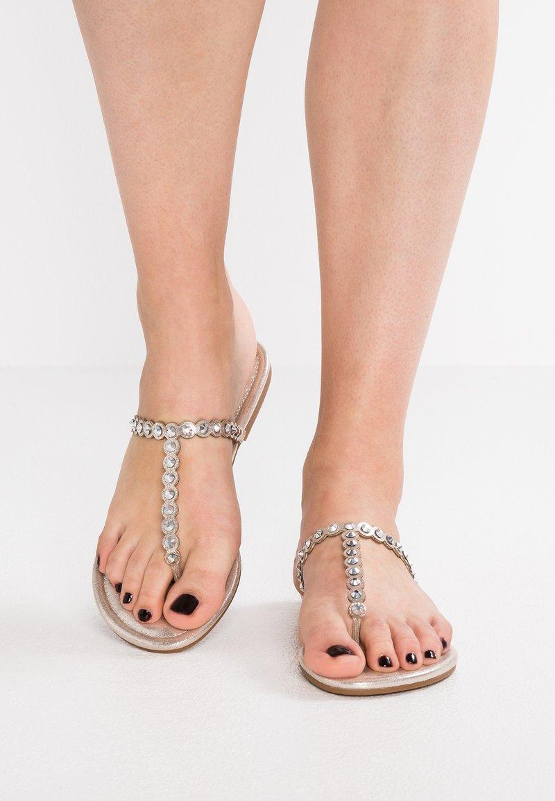 Jessica Simpson - KARLEE - Sandaler m/ tåsplit - gold shimmer