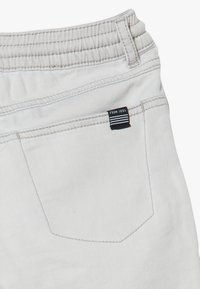IKKS - BERMUDA - Short en jean - grey bleach - 2
