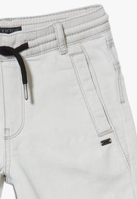 IKKS - BERMUDA - Short en jean - grey bleach - 4