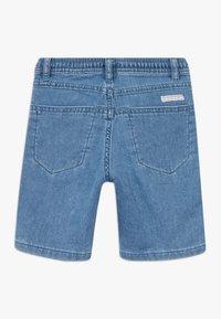 IKKS - BERMUDA - Short en jean - blue bleach - 1