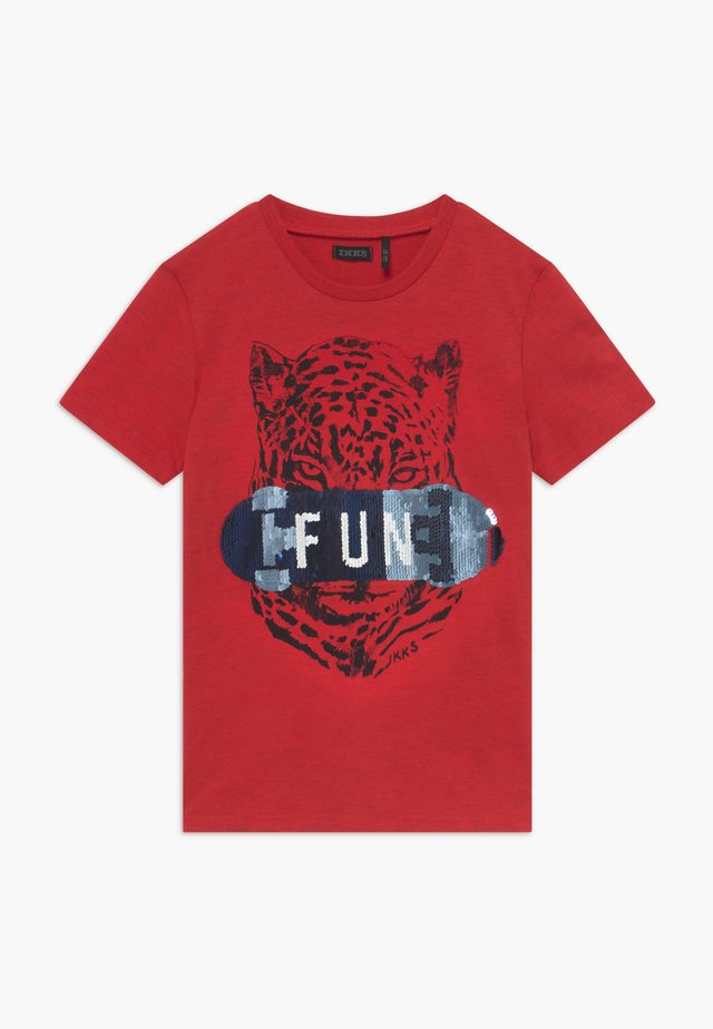 TEE - T-shirt z nadrukiem - rouge moyen