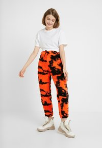 Jaded London - TIE DYE TROUSERS - Pantaloni sportivi - orange/black - 1