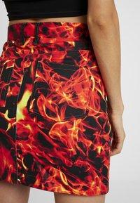Jaded London - FLAME PRINT BOYFRIEND FIT SKIRT - Jeansrok - black flame print - 3