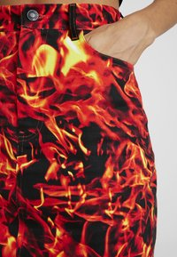 Jaded London - FLAME PRINT BOYFRIEND FIT SKIRT - Jeansrok - black flame print - 5