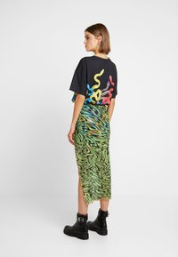 Jaded London - SWIRL PRINT MIDAXI SKIRT WITH CONTRAST THREAD - Pennkjol - black/neon green - 2