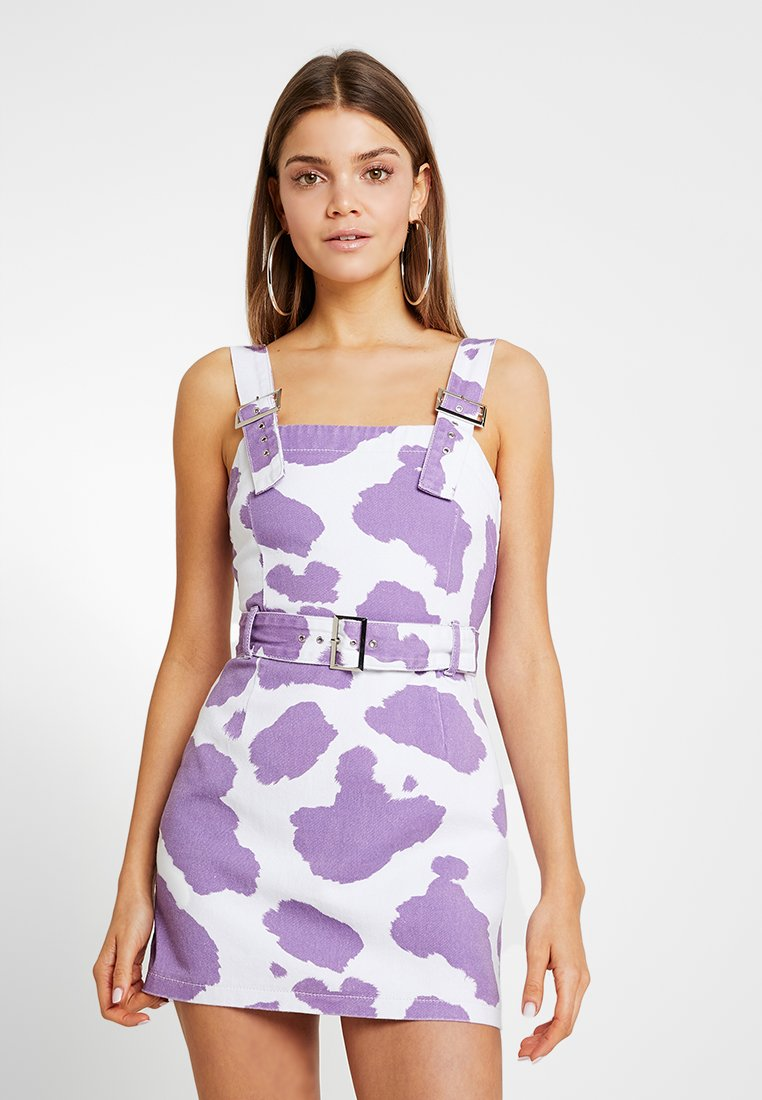 Jaded London - EXCLUSIVE DRESS WITH BUCKLE DETAIL - Spijkerjurk - pink lilac