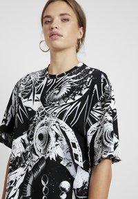 Jaded London - OVERSIZED PRINTED DRESS - Denní šaty - black/white - 3