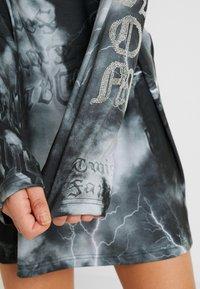 Jaded London - OVERSIZED LONG SLEEVE DRESS WITH SLOGAN - Jersey dress - black/white - 4