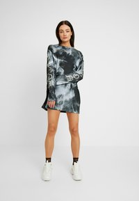 Jaded London - OVERSIZED LONG SLEEVE DRESS WITH SLOGAN - Vestito di maglina - black/white - 2