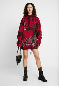 Jaded London - OVERSIZED DRAWCORD HEM HOODIE DRESS - Robe d'été - red base graffitti - 2